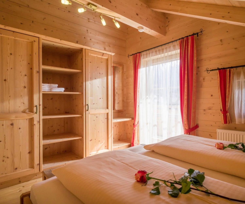 Camping_Karwendel_Planbergstrasse_23_Holzblockhaus_Schlafzi_1_A4_300dpi